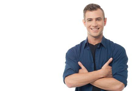 modelos hombres: Individuo sonriente causal joven que presenta con los brazos cruzados