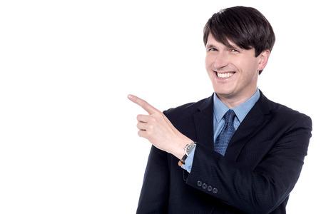 dedo indice: Hombre ejecutivo apuntando con su dedo índice en algo