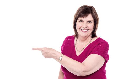 dedo          ndice: Feliz dedo índice apuntando a algo Mujer Foto de archivo