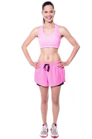 ropa deportiva: la mujer del ajuste alegre en ropa deportiva rosa