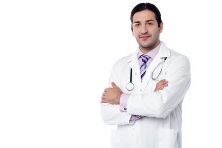 白でポーズをとって孤立した男性医師