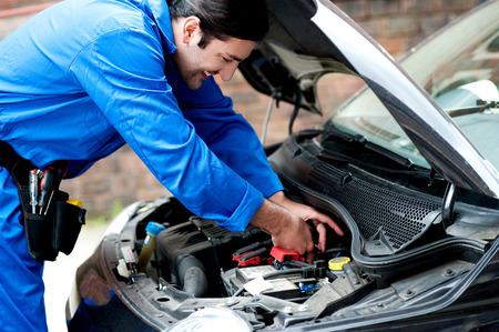 bateria: Sonriendo mecánico haciendo una revisión de mantenimiento