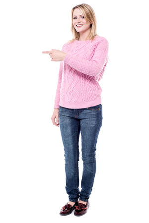 dedo indice: el dedo �ndice apuntando joven mujer en el espacio de la copia Foto de archivo