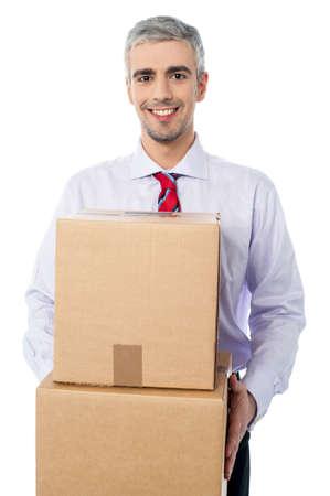 cajas de carton: ejecutivos llevar cajas de cartón jóvenes Foto de archivo