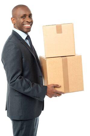 cajas de carton: El hombre de negocios llevar cajas de cart�n Foto de archivo