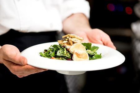 queso de cabra: Chef est� listo para servir queso de cabra asada Foto de archivo