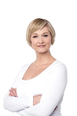 Überzeugte schöne Frau isoliert über weiß