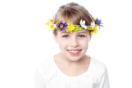 Charme kid fille portant la couronne de fleurs