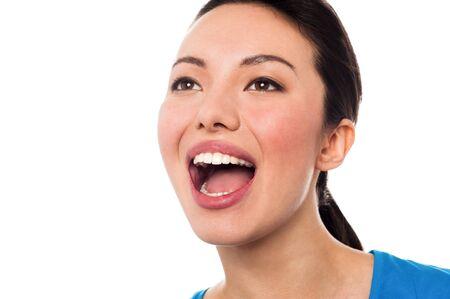 Mujer joven con la boca abierta