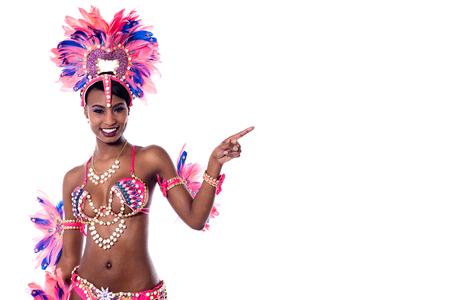 dedo �ndice: bailarina de samba femenino que se�ala el dedo �ndice en algo