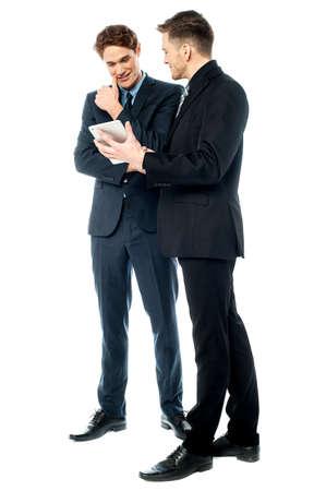 peer to peer: Ejecutivo de negocios que muestra la tablilla de su par Foto de archivo