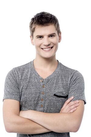 Sonriente modelo masculino en casuals