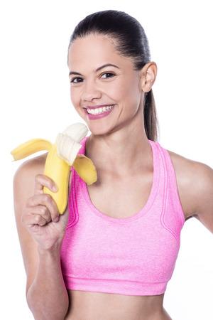 comiendo platano: la mujer del ajuste delgado que come el plátano