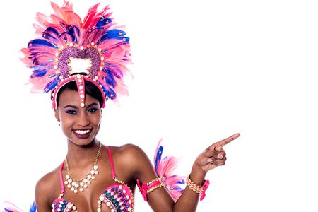 dedo indice: el dedo índice africano joven bailarina que apunta a algo. Foto de archivo