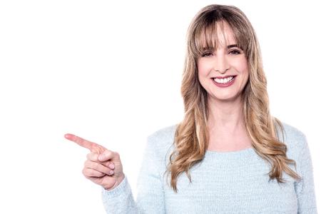 dedo indice: el dedo índice modelo de mujer apuntando a su derecha. Foto de archivo