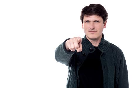 dedo indice: Individuo confidente que señala el dedo índice a la cámara. Foto de archivo