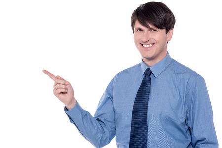 dedo indice: dedo ejecutivo de mediana edad índice apuntando al espacio de copia. Foto de archivo