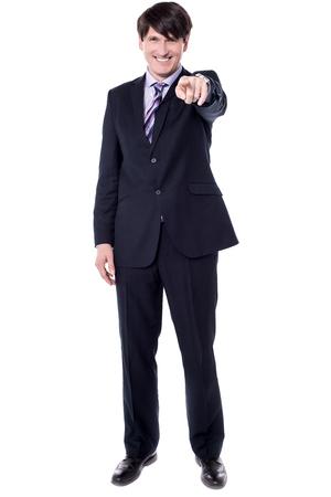 dedo indice: el dedo índice de mediana edad de negocios que apunta a la cámara. Foto de archivo