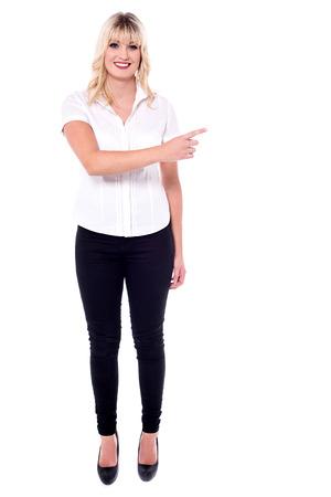 dedo �ndice: Atractiva mujer de negocios apuntando con su dedo �ndice.