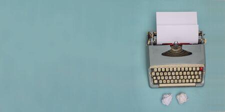 Machine à écrire vintage et papiers froissés avec bannière d'espace de copie
