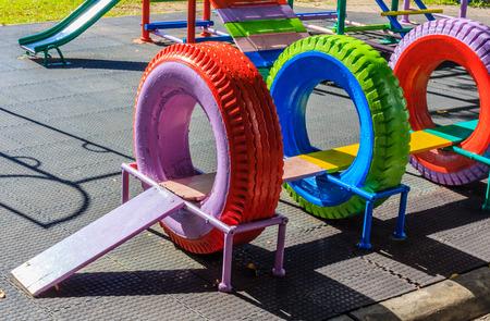 ni�os reciclando: Parque infantil hecha de neum�ticos de caucho reciclado forn