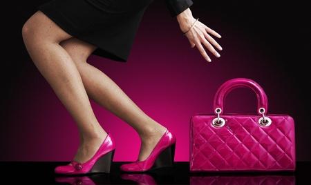 moda mujer con una bolsa de color rojo, sólo las piernas Foto de archivo