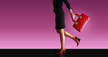leren tas: sexy vrouw, wandelen met rode zak