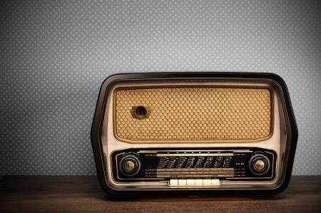 radio antigua en el fondo de época Foto de archivo