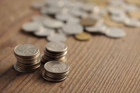 monedas antiguas: monedas antiguas en la mesa de madera, dof bajo