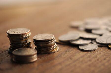 monete antiche: vecchie monete sul tavolo di legno, shallow DOF