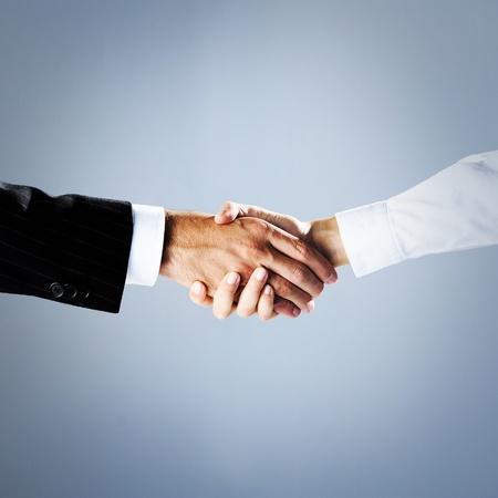 communication occupation: uomini d'affari si stringono la mano