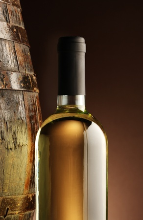 white wine bottle: botella de vino blanco y el barril woodden Foto de archivo