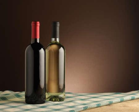 white wine bottle: vino tinto y una botella de vino blanco