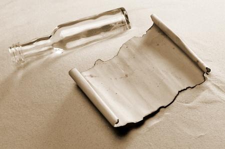 botellas vacias: mensaje en una botella. El documento est� en blanco para poner el mensaje que usted desea Foto de archivo
