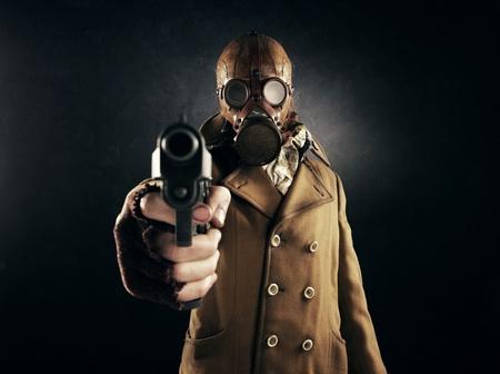 mascara de gas: hombre grunge retrato en máscara de gas apuntaba con un arma