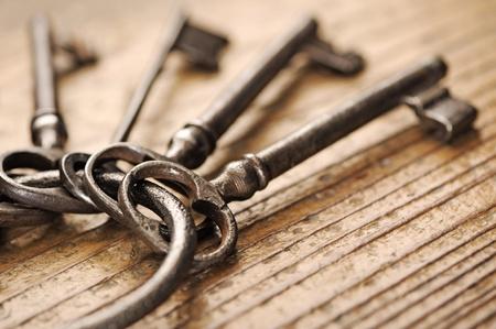 Alten Schlüssel auf einem Holztisch, close-up Standard-Bild - 11935414
