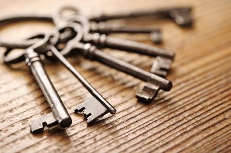 llaves: llaves antiguas en una mesa de madera, close-up Foto de archivo