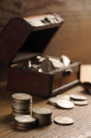 oude munten: Schatkist, oude munten Stockfoto