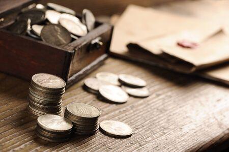 monedas antiguas: Cofre del tesoro, monedas antiguas Foto de archivo