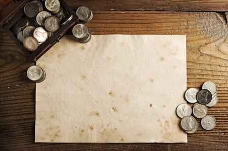 monete antiche: vecchia carta texture di sfondo un'incantevole Treasure petto e monete antiche