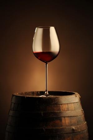 cave: verre de vin rouge sur le canon wodden Banque d'images