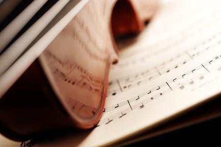 violines: el viol�n en una partitura, en el fondo poca profundidad de campo