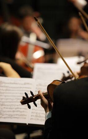 orquesta clasica: violinistas durante un concierto de música clásica Foto de archivo