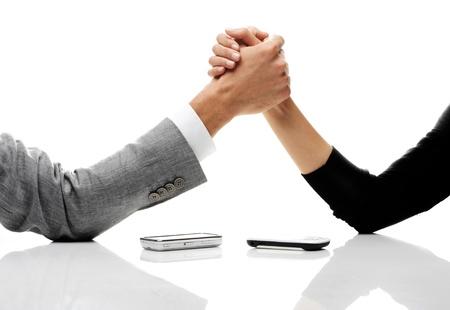 conflicto: hombre de negocios y vencidas de negocios en la mesa. Foto de archivo