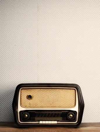 equipo de sonido: radio antigua en el fondo vintage Foto de archivo