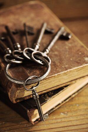 Klucze: stare klucze na starej książki, antyczne tła drewna Zdjęcie Seryjne