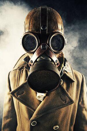 mascara gas: grunge hombre retrato en máscara de gas