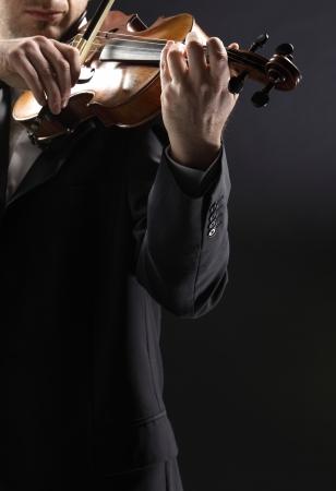 violinista: el violinista: M�sico tocando el viol�n sobre fondo oscuro Foto de archivo