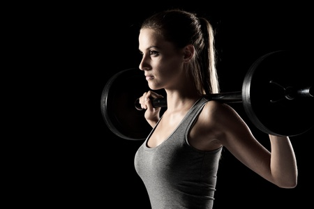 capacitacion: mujer joven de entrenamiento con pesas
