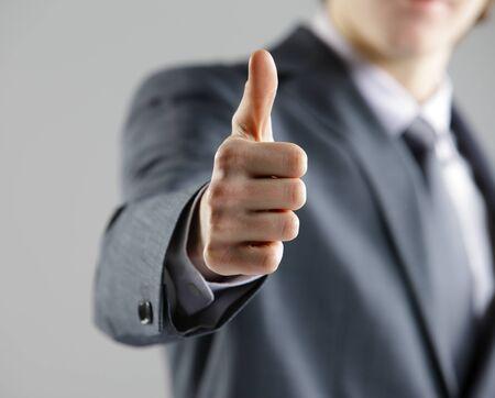 control de calidad: Primer plano de un joven empresario que muestran los pulgares para arriba.